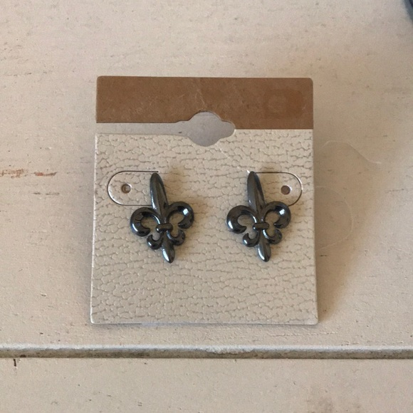 BKE Jewelry - BKE fleur-de-lis metallic grey earrings